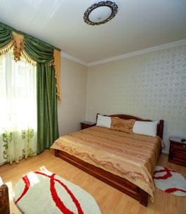 Camera dubla cu pat matrimonial, draperie verde